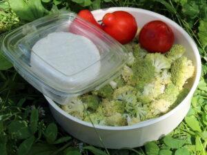 Салат з броколі, помідорів і фети