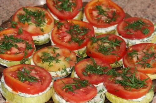 Кабачки з помідорами і соусом