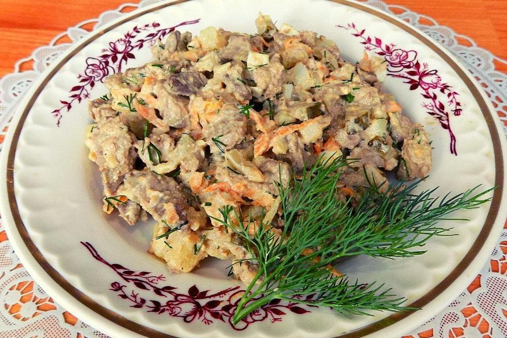 Салат з курячої печінки та квашених огірків