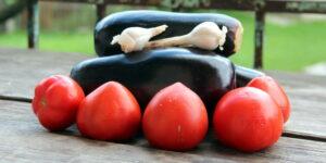 баклажани у помідорному соусі: інгредієнти