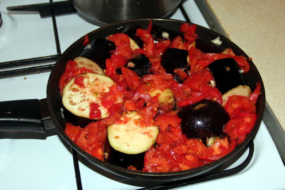 готуємо баклажани у помідорному соусі
