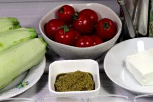 продукти на салат з кабачків з сиром фета та помідорами